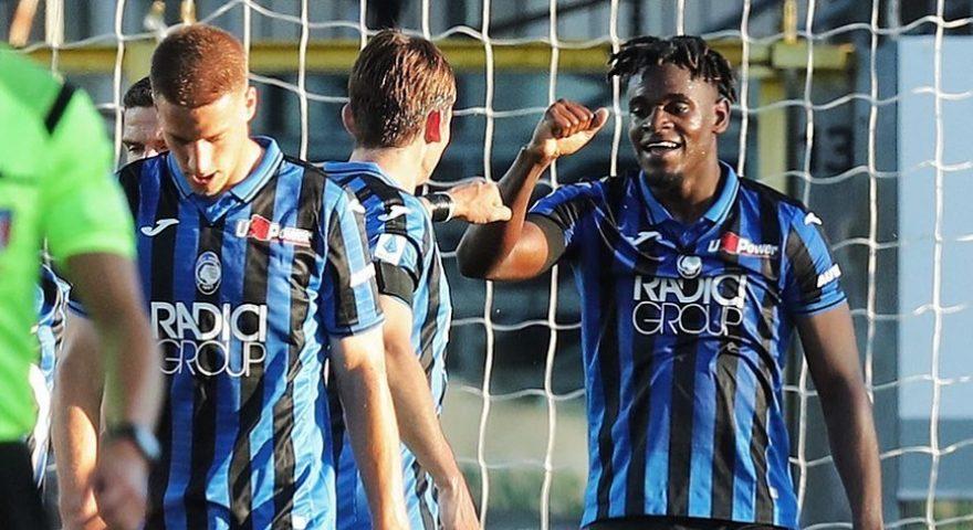 Zapata esulta coi compagni dopo il goal(1)