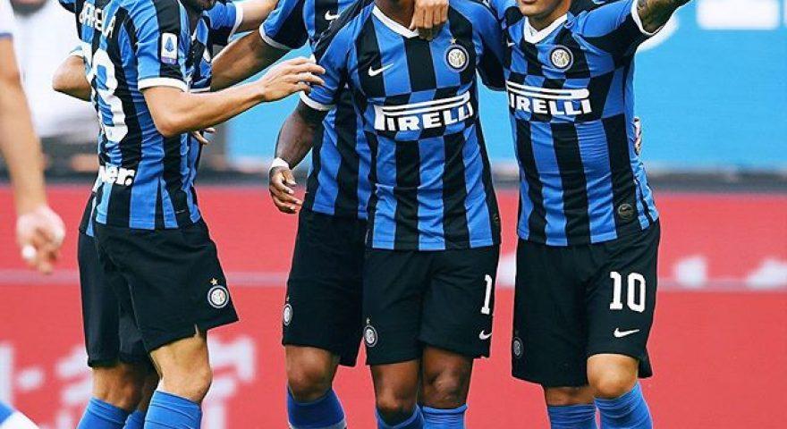 Esulta l'Inter dopo il goal di Young