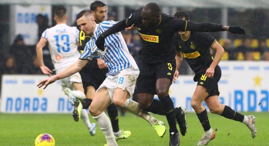 Lukaku a contrasto con Kurtic durante Inter Spal