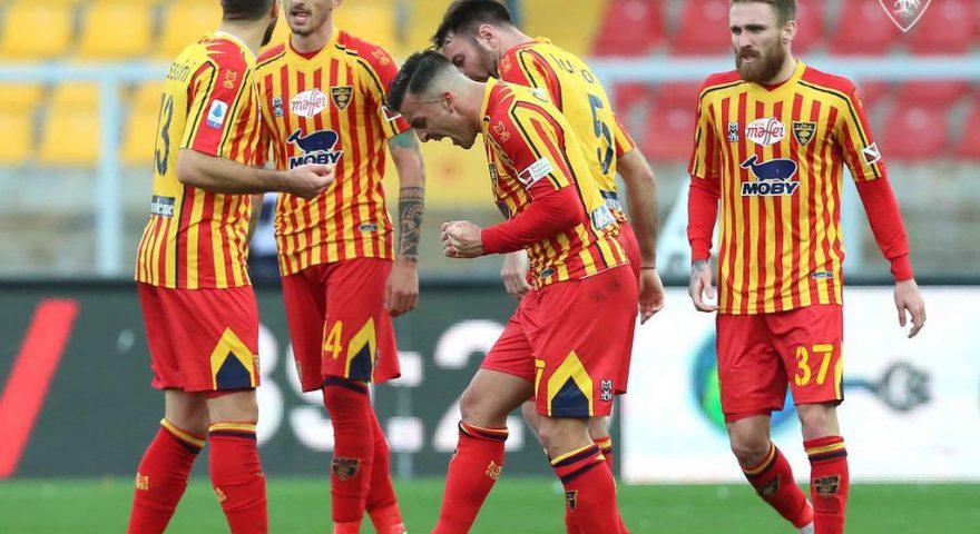 i giocatori del Lecce esultano dopo un goal