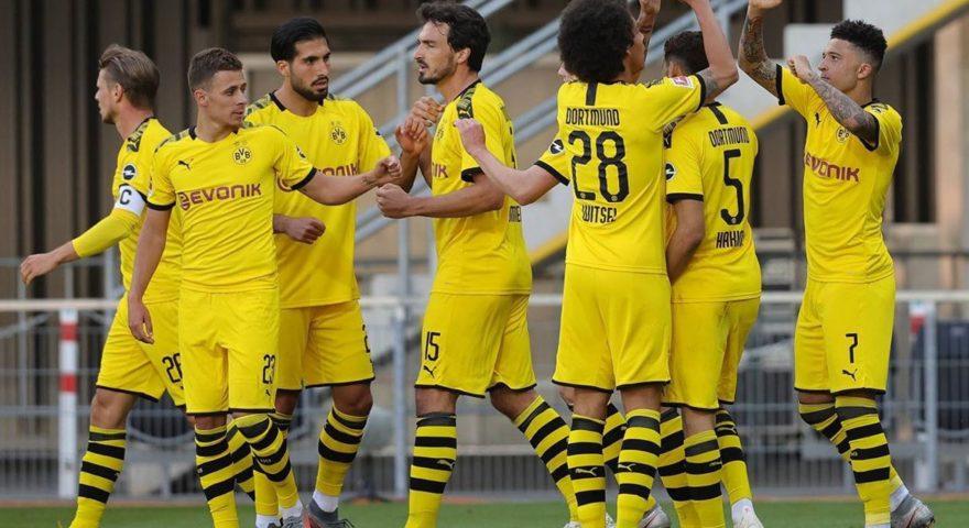 I giocatori del Borussia esultano dopo uno dei sei goal rifilati al Paderborn