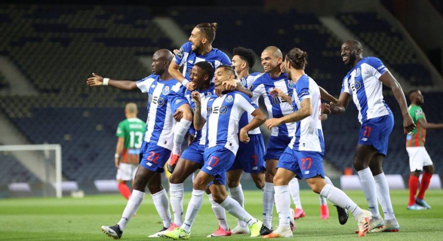 Esultano i calciatori del Porto dopo il goal