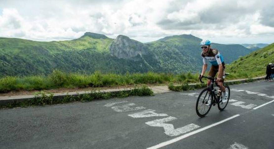 Un ciclista sul percorso del Tour