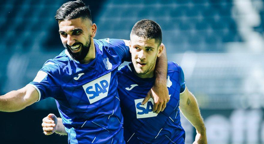 Kramaric esulta con un compagno dopo uno dei suoi quattro goal