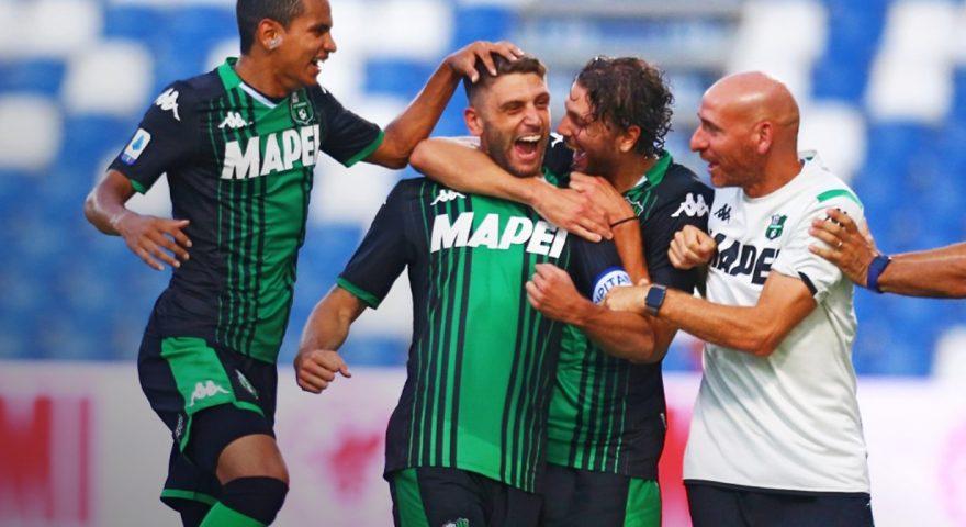 Berardi festeggiato dai compagni dopo lo splendido goal