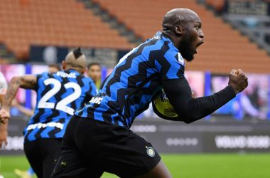 MILAN, ITALY - NOVEMBER 22: Romelu Lukaku of Inter Milan celebrates after scoring their sides second goal during the Serie A match between FC Internazionale and Torino FC at Stadio Giuseppe Meazza on November 22, 2020 in Milan, Italy. Sporting stadiums around Italy remain under strict restrictions due to the Coronavirus Pandemic as Government social distancing laws prohibit fans inside venues resulting in games being played behind closed doors. (Photo by Valerio Pennicino/Getty Images)