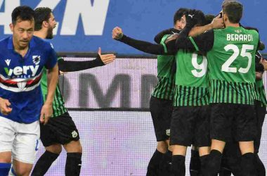 GENOA, ITALY - DECEMBER 23: US Sassuolo players celebrate after Hamed Traorè scoring goal 0-1 during the Serie A match between UC Sampdoria and US Sassuolo at Stadio Luigi Ferraris on December 23, 2020 in Genoa, Italy. (Photo by Paolo Rattini/Getty Images)